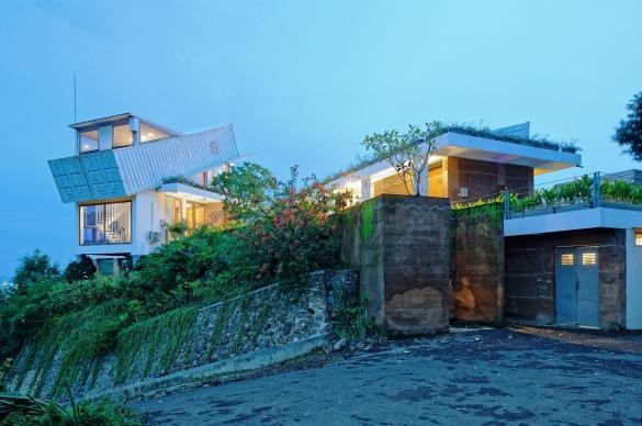 Построена високотехнологична къща в стил хай-тек, използвайки естествени материали